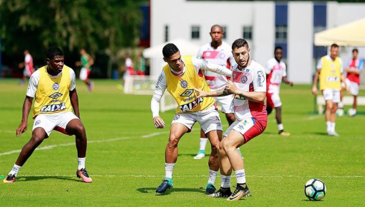 Éder (E) disputa bola com o meia Zé Rafael durante treino no Fazendão - Foto: Felipe Oliveira l EC Bahia