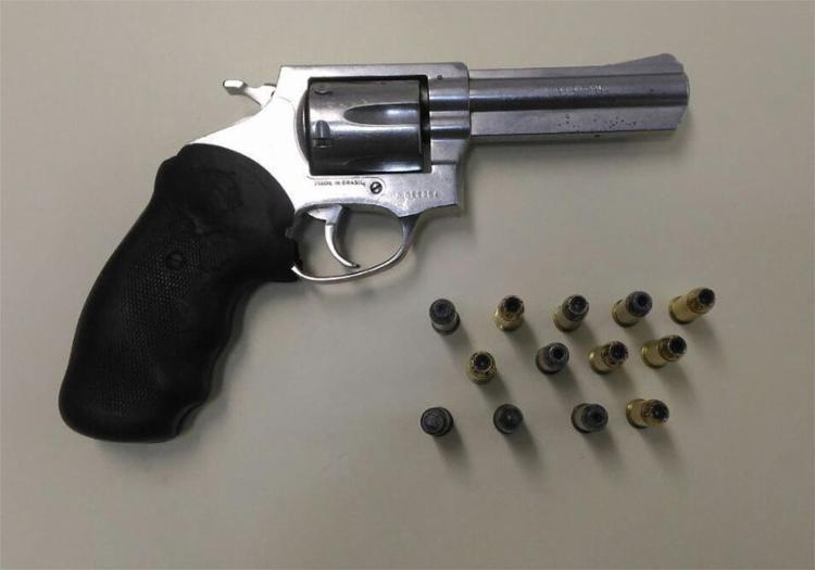 Um revólver calibre 38 e munições foram apreendidos na casa de Juraci - Foto: Divulgação l Polícia Civil