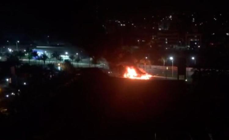 Ônibus foi incendiado na noite desta quinta-feira, 10 - Foto: Reprodução