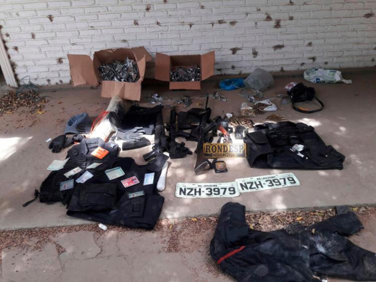 Explosivos, fuzis, pistola, revólveres, coletes balísticos, 'miguelitos' e placas veiculares foram apreendidos - Foto: Divulgação   SSP-BA