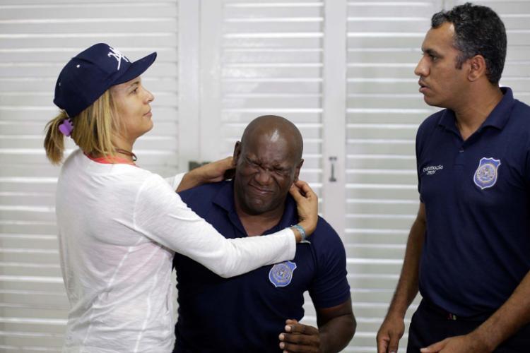 Mulher aprende técnica de defesa pessoal em capacitação - Foto: Raul Spinassé | Ag. A TARDE