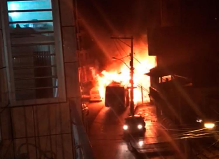 A polícia procura por Devid do canal, suspeito de atear fogo no ônibus em Tancredo Neves - Foto: Cidadão Repórter | Via WhatsApp