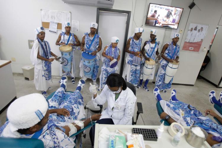 Membros do afoxé foram vestidos a caráter até a sede da Hemoba - Foto: Luciano da Matta | Ag. A TARDE