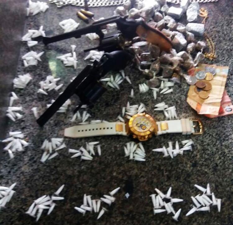 Policiais encontraram cocaína, maconha, revólveres, relógio e R$ 62,50 com os homens - Foto: Divulgação | PM