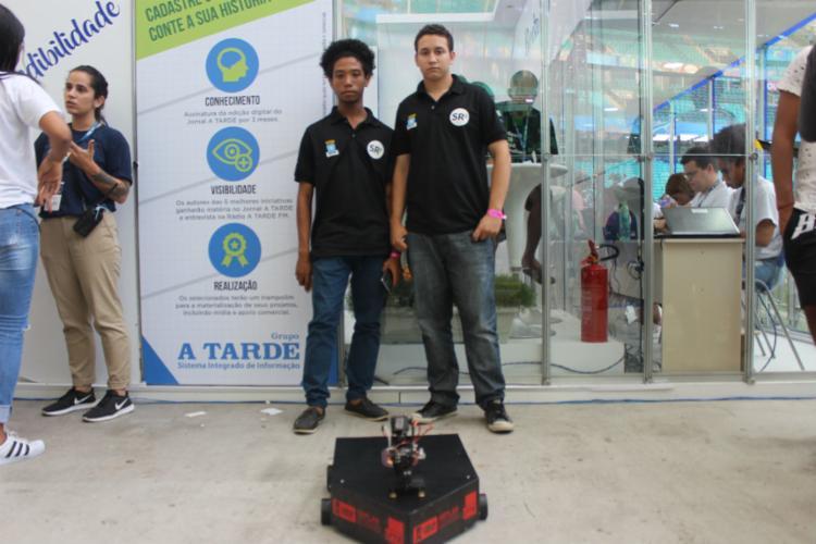 Tiago Alves e Igor Aguiar apresentaram o equipamento antibomba no stand de A TARDE - Foto: Igor Andrade | A Atarde SP