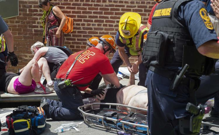 As pessoas feridas foram atendidas ainda na rua - Foto: Paul J. Richards   AFP