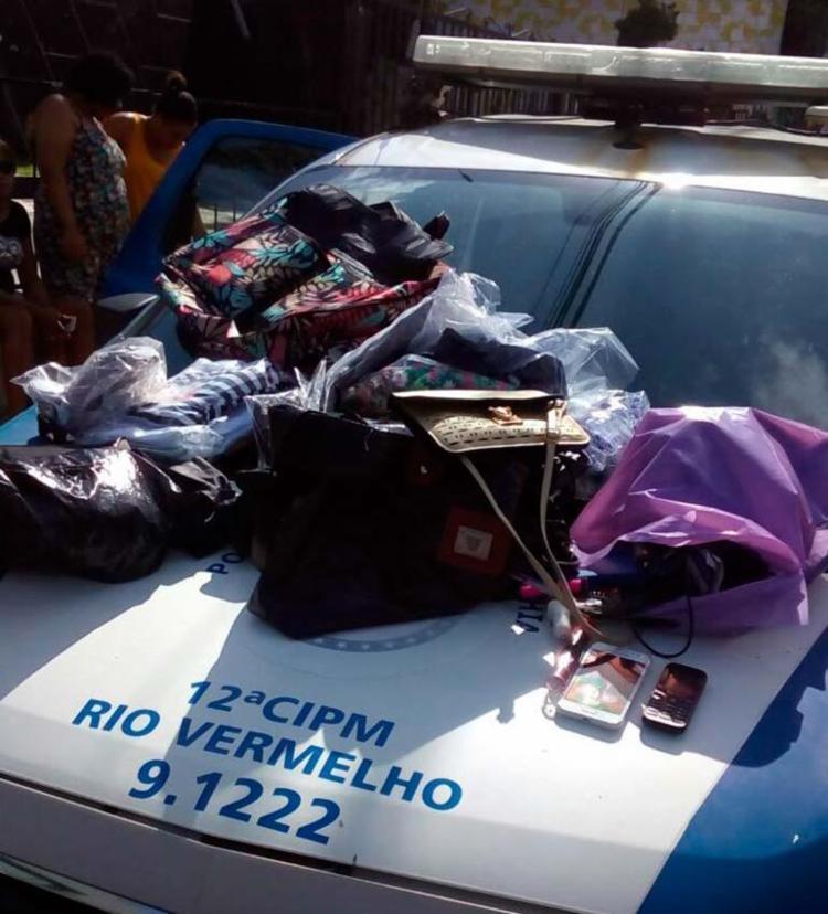 Com o assaltante, a polícia recuperou objetos das vítimas - Foto: Divulgação | SSP-BA