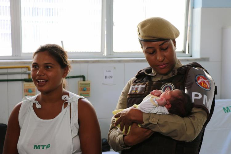 Militares visitam a mãe Merciane e o bebê Jean Silva, na maternidade Tsylla Balbino - Foto: Divulgação l Polícia Militar