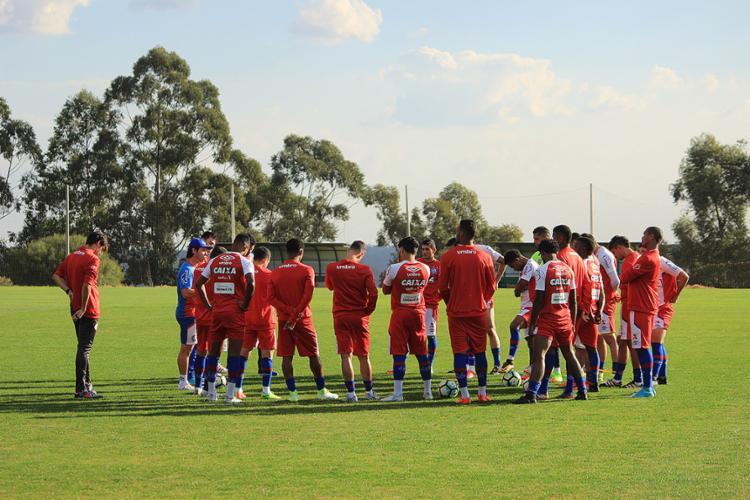 Antes do treino em Chapecó, Preto conversa com o grupo de jogadores - Foto: Vitor Tamar l EC Bahia