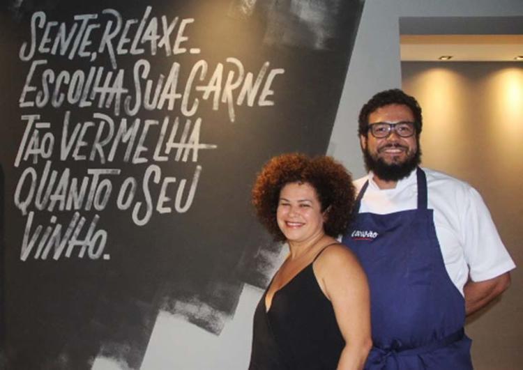A empresária Eliane Pinho e o chef Ricardo Silva são os responsáveis pelo Carvão - Foto: Divulgação | Mônica Carvalho