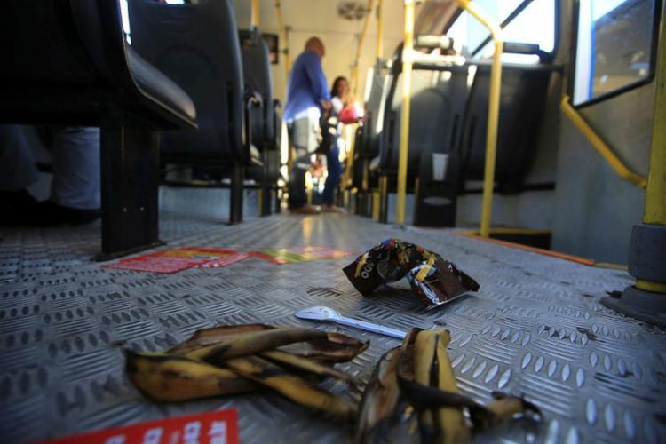 Passageiros e rodoviários ficam incomodados com sujeira nos coletivos - Foto: Joá Souza | Ag. A TARDE