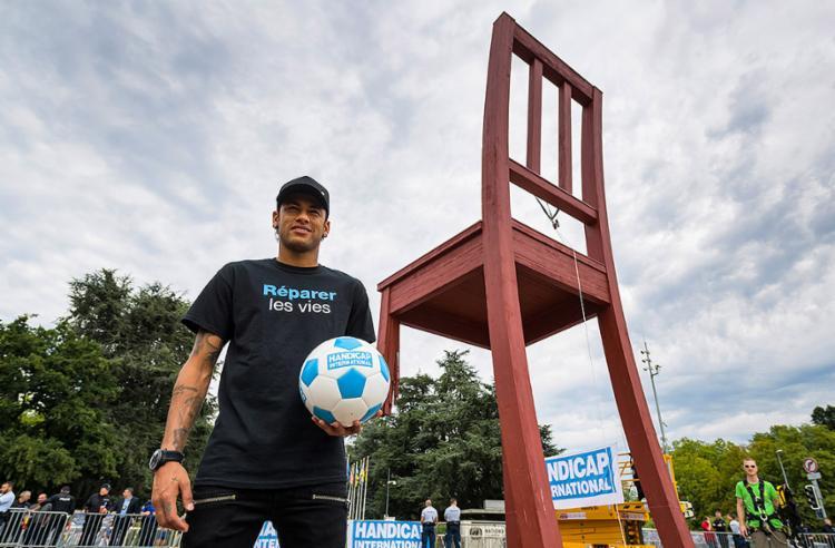 """Neymar vestiu uma camiseta com os dizeres """"Réparer les vies"""" (reparação de vidas, em tradução literal) - Foto: Fabrice Coffrini l AFP"""