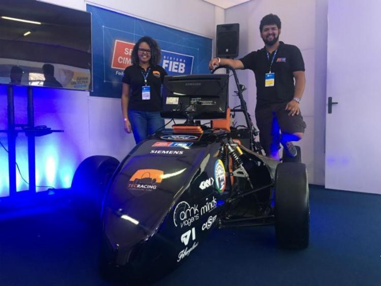 Jennifer Rocha e Gabriel Santana fazem parte da equipe Tec Racing formada pelos alunos de engenharia - Foto: Igor Andrade | Ag. A TARDE