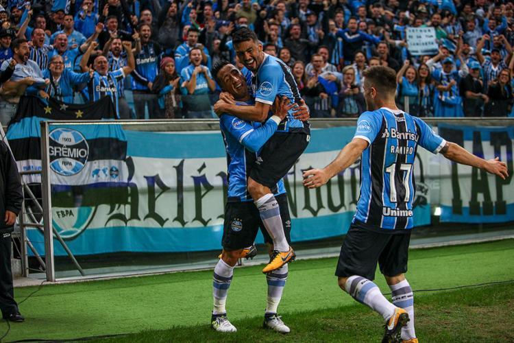 Lucas Barrios (E) recebe o abraço de Edilson após marcar o gol que deu a vitória para o Grêmio - Foto: Lucas Uebel l Grêmio FBPA