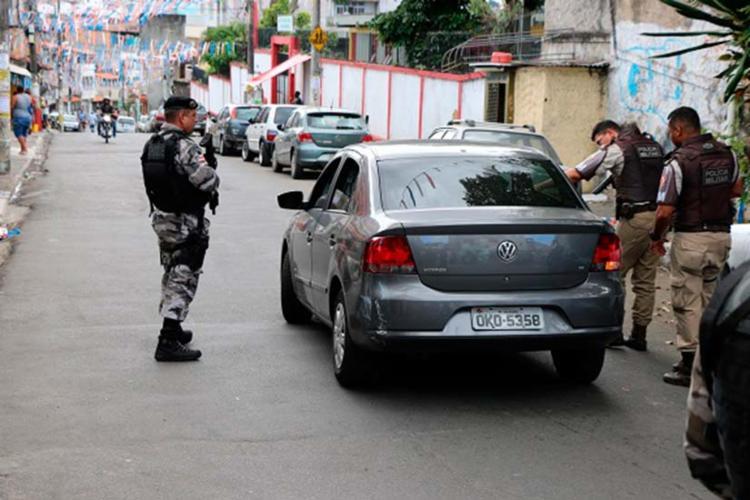 Policiais fazem patrulhamento nas ruas do Curuzu nesta quinta-feira - Foto: Alberto Maraux | Divulgaçã | SSP-BA