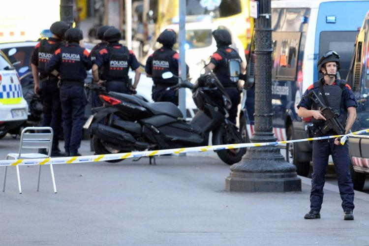 Policiais fazem a proteção do local onde o ataque ocorreu nesta quinta - Foto: AFP