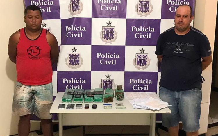 Jair (de vermelho) e Sarruf foram encontrados com droga e comprovantes bancários - Foto: Divulgação | Polícia Civil