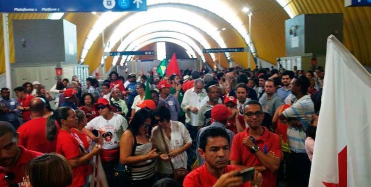 Militantes do PT, grupos ligados a movimentos sociais e simpatizantes aguardam a chegada do ex-presidente - Foto: Yuri Silva | Ag. A TARDE