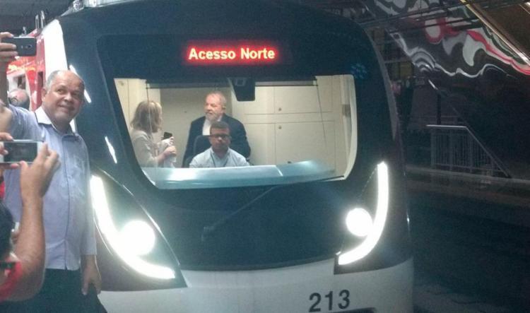 Ex-presidente seguiu viagem no metrô acompanhado pelo governador Rui Costa e a presidente nacional do PT, senadora Gleisi Hoffmann - Foto: Yuri Silva   Ag. A TARDE