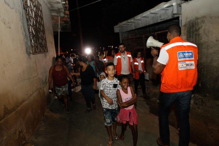Após a sirene, famílias deixaram casas e foram para a escola municipal do bairro - Foto: Margarida Neide l Ag. A TARDE l 17.8.2017