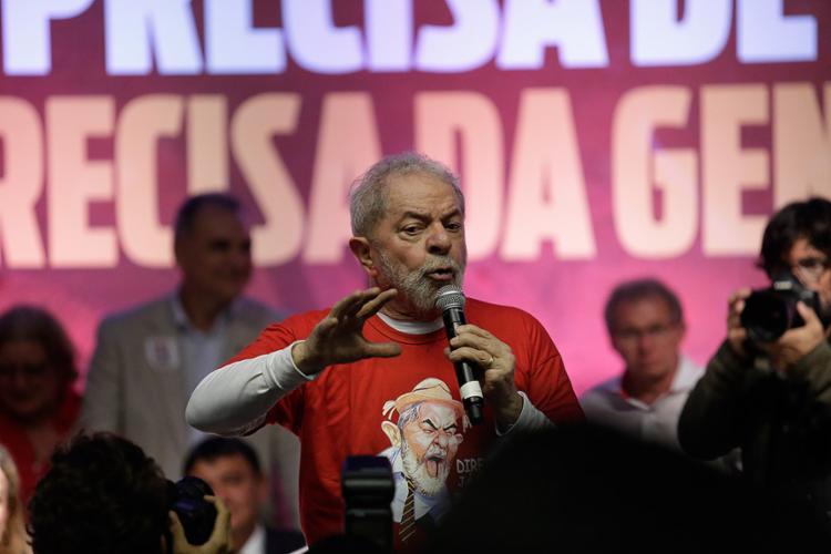 """Durante discurso para uma multidão, Lula recuou: """"O PT não tem candidato"""" - Foto: Adilton Venegeroles l Ag. A TARDE"""