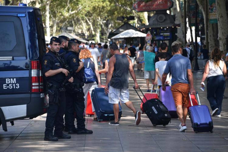 A polícia monitora cidades espanholas após ataques terroristas - Foto: AFP