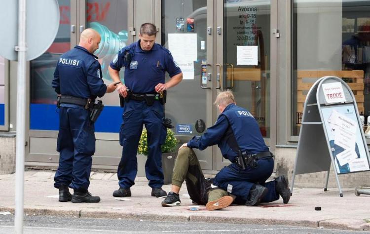A polícia local procura por outros suspeitos - Foto: Kirsi Kanerva   AFP