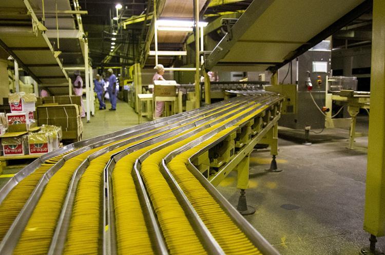 Linha de produção da fábrica da Piraquê no Distrito Industrial de Queimados, no Rio de Janeiro - Foto: Renan Bacellar l Divulgação
