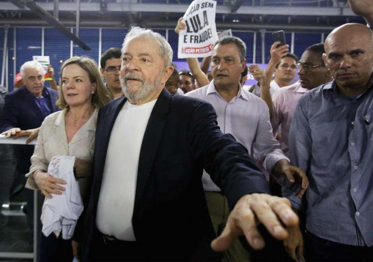 Visita do ex-presidente a capital baiana contou com a participação de políticos, como Rui Costa - Foto: Adilton Venegeroles | Ag. A TARDE