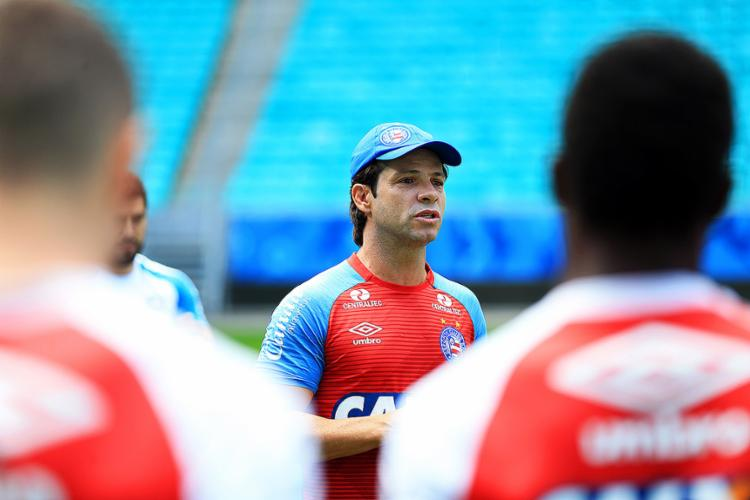 Ainda como interino, Preto orienta atletas durante treino na Fonte Nova - Foto: Felipe Oliveira l EC Bahia