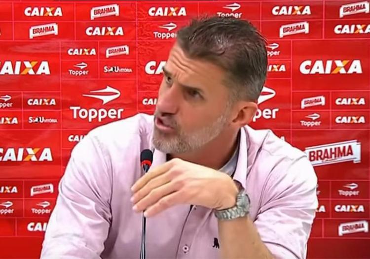 Treinador do Vitória discutiu com jornalista após triunfo diante do Timão - Foto: Reprodução l YouTube