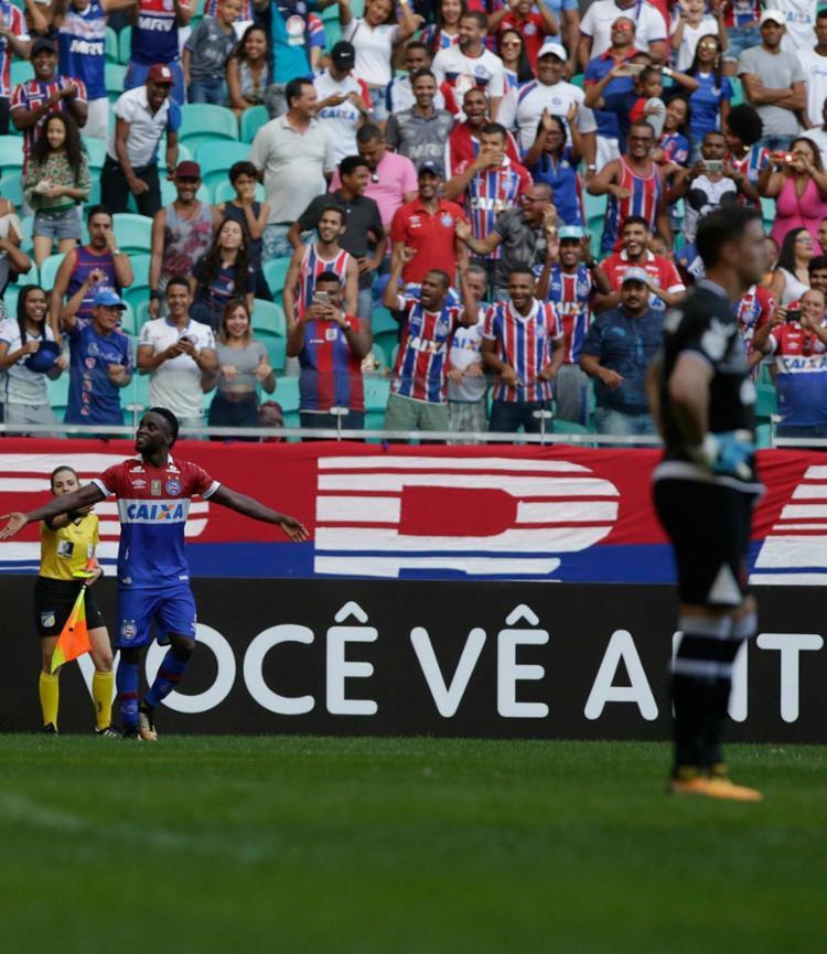 Com dois gols, Mendonza foi o grande destaque da partida - Foto: Adilton Venegeroles / Ag. A Tarde