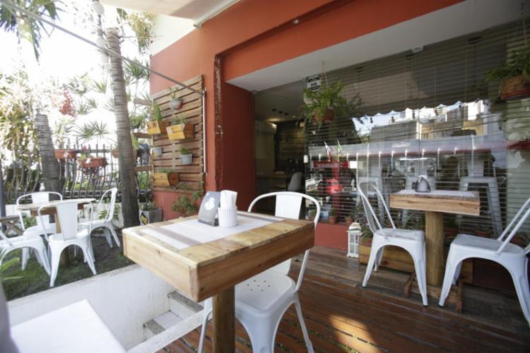 A decoração é aconchegante, com espaço externo, próximo à rua - Foto: Margarida Neide / Ag. A Tarde