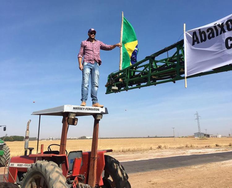 Manifestante sobe em máquina agrícola para protestar contra tributação federal - Foto: Divulgação l ABA