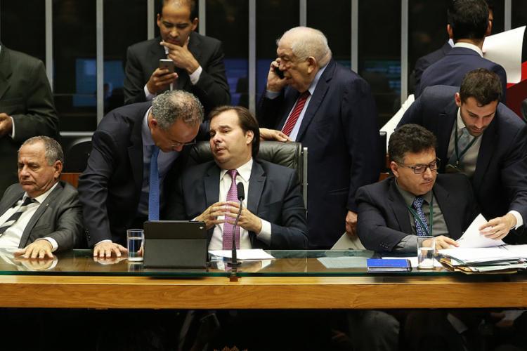 Rodrigo Maia conversa com relator, deputado Vicente Cândido, durante sessão para votação da PEC - Foto: André Dusek l Estadão Conteúdo