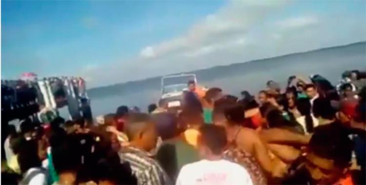 Uma lancha foi usada para o resgate dos sobreviventes - Foto: Reprodução | YouTube