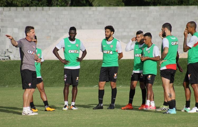 Mancini orienta jogadores e corrige posicionamento para o jogo contra o Coritiba - Foto: Maurícia da Matta | EC Vitória | Divulgação