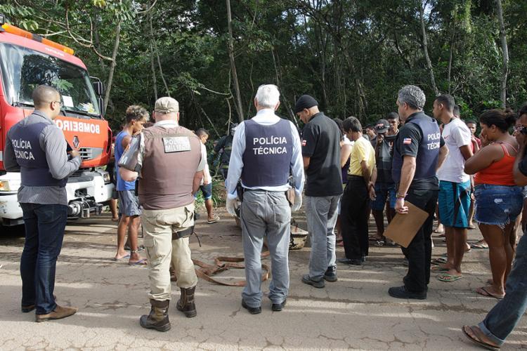 Bombeiros tiveram dificuldade para resgatar o corpo de Hércules do local - Foto: Margarida Neide l Ag. A TARDE