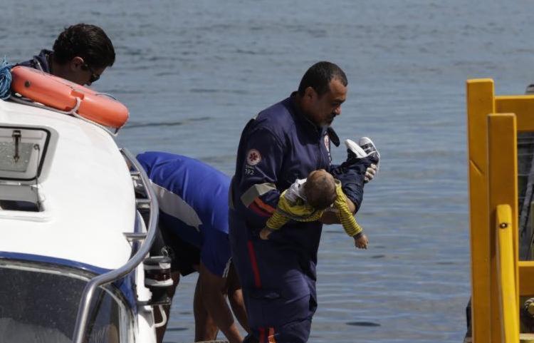 Criança foi resgatada com vida, mas morreu em Salvador - Foto: Xando Pereira | Ag. A TARDE