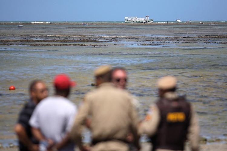 Área em que a embarcação se acidentou tem muitas pedras - Foto: Raul Spinassé l Ag. A TARDE