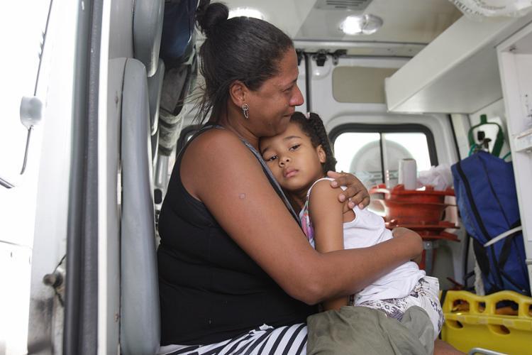 Jane Cruz reencontra a sobrinha Milena no interior da ambulância de resgate do Samu - Foto: Margarida Neide l Ag. A TARDE