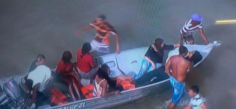 Moradores da região ajudam no resgate das vítimas em Mar Grande - Foto: Reprodução   TV Record