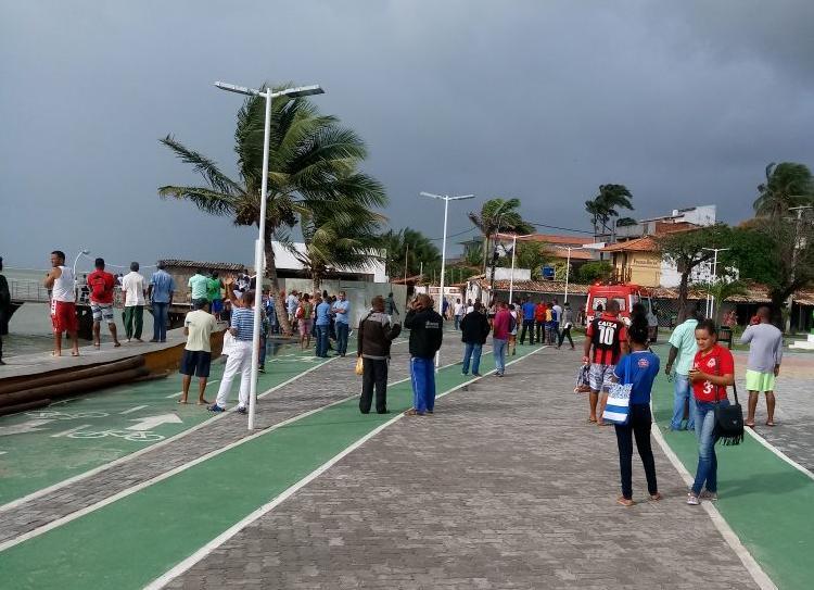 Embarcação com mais de 100 pessoas vira na Bahia