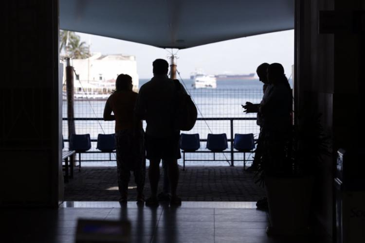 Amigos e familiares aguardam informações sobre os mortos e feridos - Foto: Xando Pereira | Ag. A TARDE