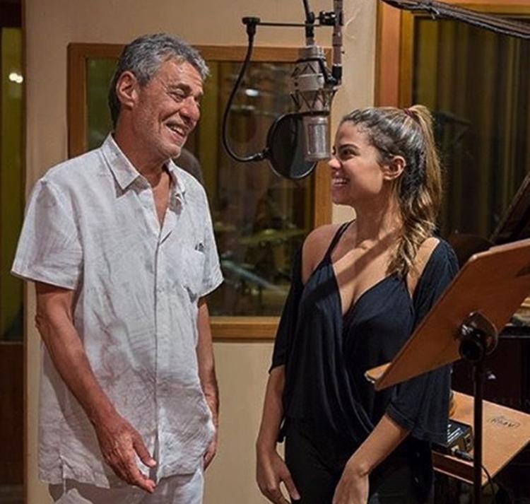 Chico divide os vocais com a neta, Clara Buarque - Foto: Reprodução | Instagram
