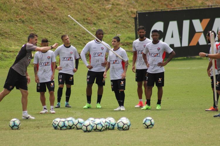 Mancini orienta os jogadores durante atividade na Toca - Foto: Maurícia da Matta | EC Vitória