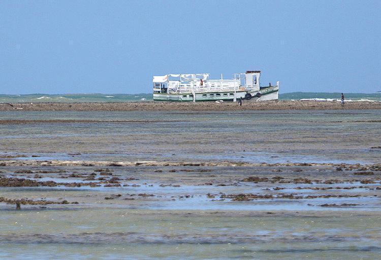 Embarcação Cavalo Marinho I permanece na região onde ocorreu o naufrágio - Foto: Raul Spinassé l Ag. A TARDE
