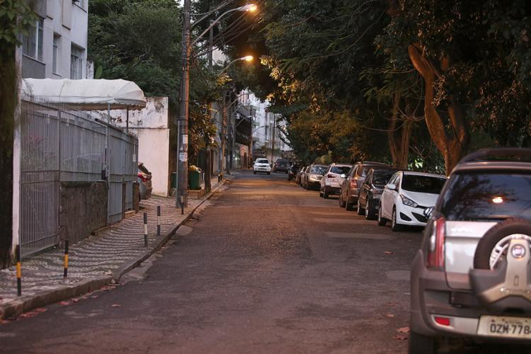 Dupla estava a bordo de um HB20, na rua Martagão Gesteira, buscando vítimas - Foto: Joá Souza l Ag. A TARDE