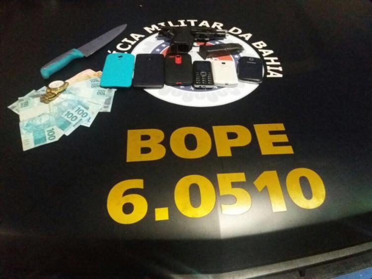 A polícia apreendeu com os suspeitos celulares, faca e dinheiro - Foto: Divulgação | SSP-BA