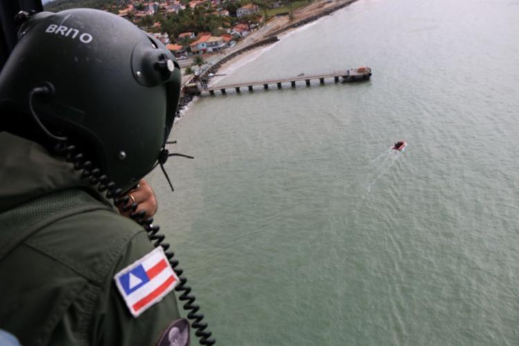 As buscas são feitas nas águas da Baía de Todos-os-Santos até a região da Costa do Dendê - Foto: Alberto Maraux | Divulgação | SSP-BA